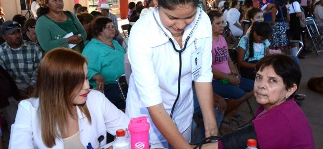 Contentos vecinos del Poblado 5 en El Carrizo por el programa Mano con Mano que les llevó Álvaro Ruelas.