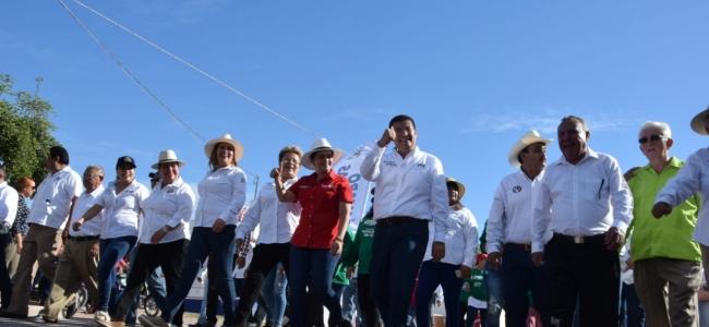 Encabeza Álvaro Ruelas desfile en los festejos del Ejido Mochis.