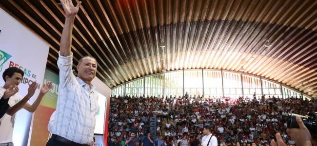 Quirino entrega becas de transporte y de inscripción a jóvenes de Sinaloa